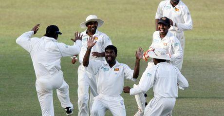 Muralitharan celebrates Bell's dismissal