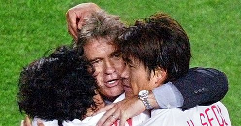 hiddink hugs korean players after match