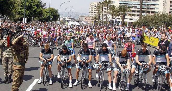 The peloton observes a moment's silence for Wouter Weylandt
