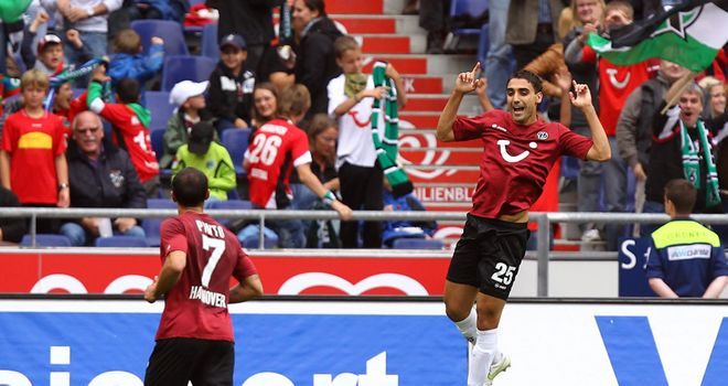 Abdellaoue (R): His hat-trick helps Hannover to victory against Bremen