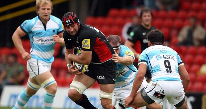 Sarries skipper Steve Borthwick bursts throuh the Worcester defence