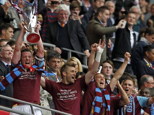 Trophy-Victory-Winners-West-Ham-United-Champi_2767679.jpg