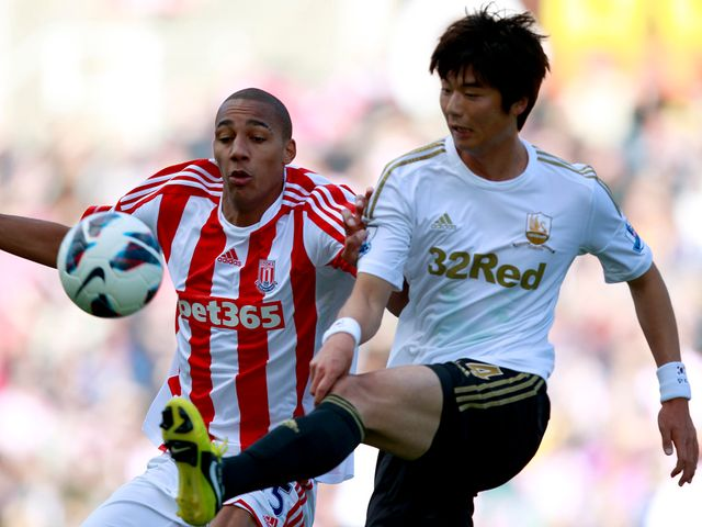 Steven N'Zonzi and Ki Sung-Yung compete for the ball