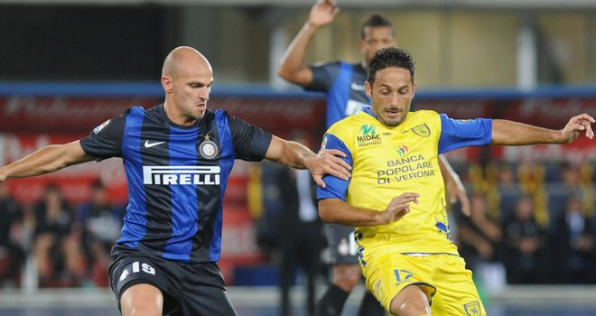 David Di Michele and Esteban Cambiasso compete