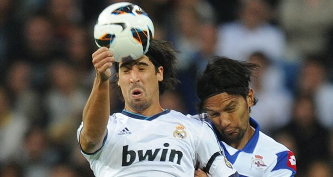 Sami Khedira wins a header
