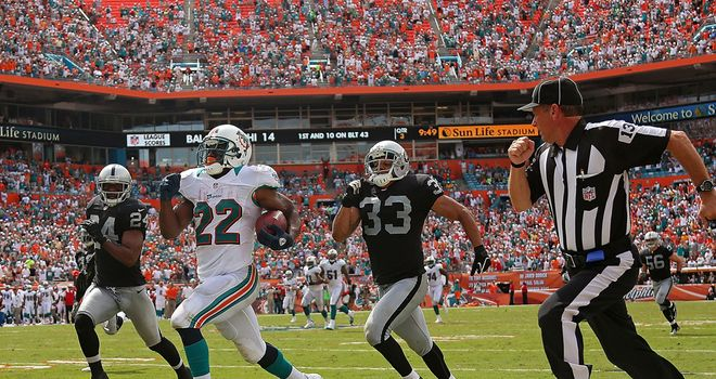 Reggie Bush bursts clear for a Miami touchdown
