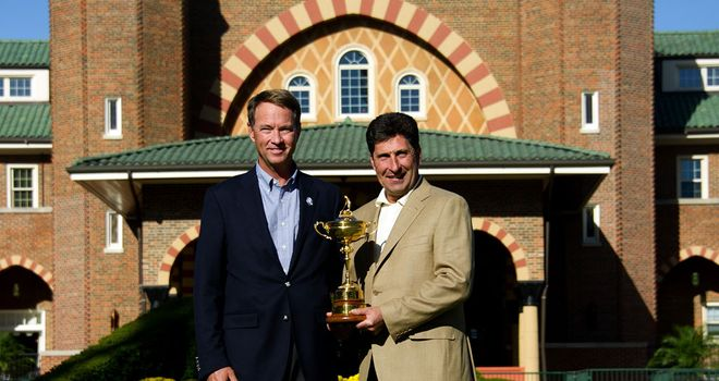 Jose Maria Olazabal (R) poses with Davis Love having arrived at Medinah