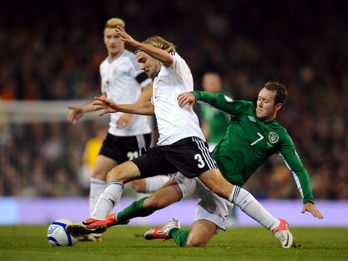 McGeady tries to win the ball from Schmelzer.