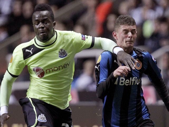 Cheick Tiote looks to hold off Maxime Lestienne