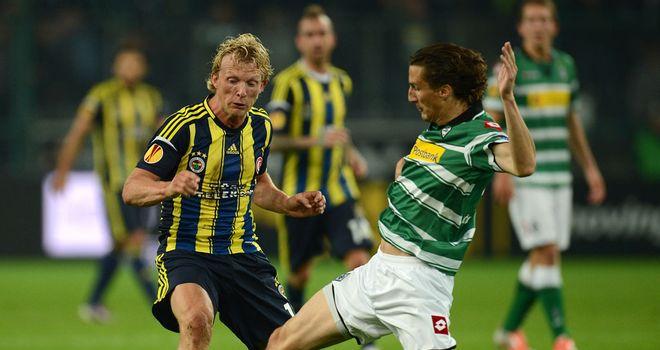 Roel Brouwers tackles Dirk Kuyt