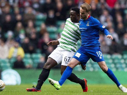 Victor Wanyama and Andrew Shinnie battle for the ball