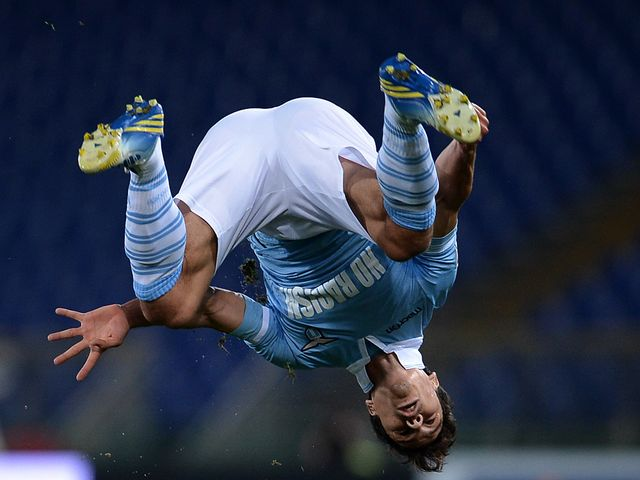 Hernanes celebrates in style