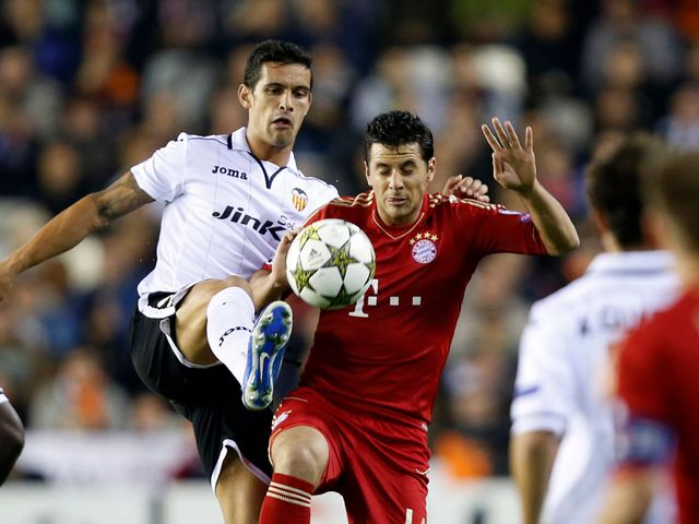 Ricardo Costa and Claudio Pizarro battle for the ball