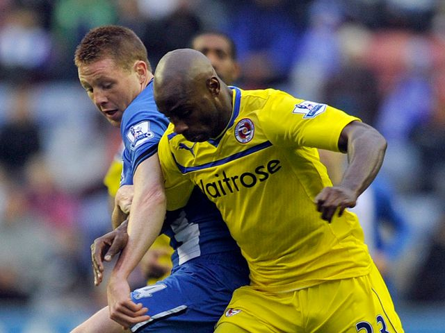 James McCarthy and Jason Roberts battle for the ball
