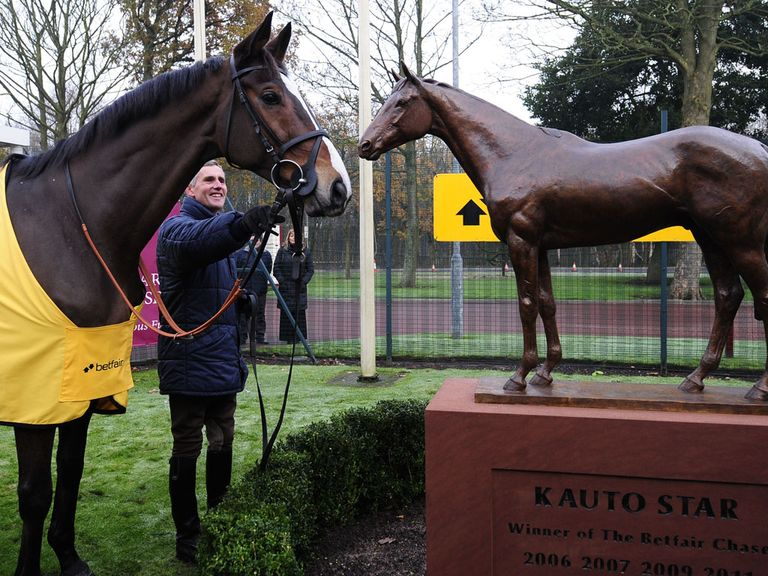 Kauto Star admires his own statue