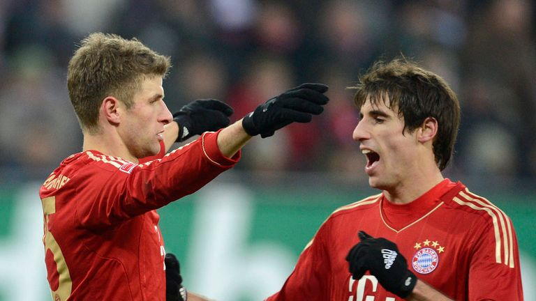 Thomas Mueller celebrates with Javi Martinez