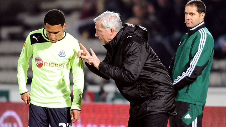 Alan Pardew gives instructions to Sylvain Marveaux during Newcastle's defeat in Bordeaux