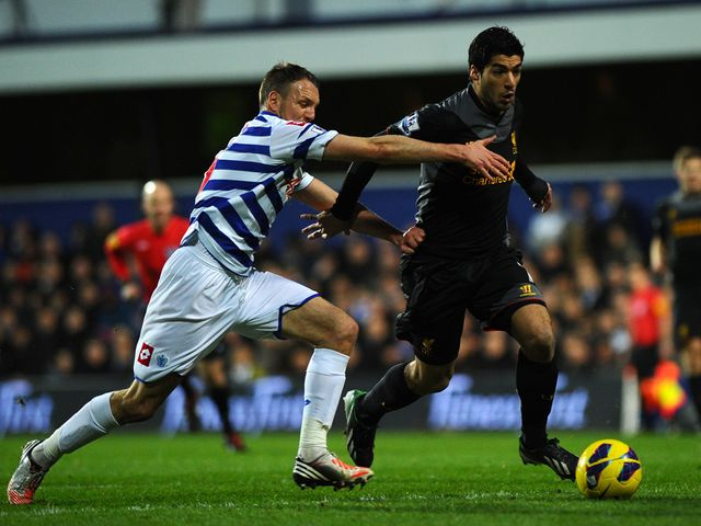 Luis Suarez slides past Clint Hill