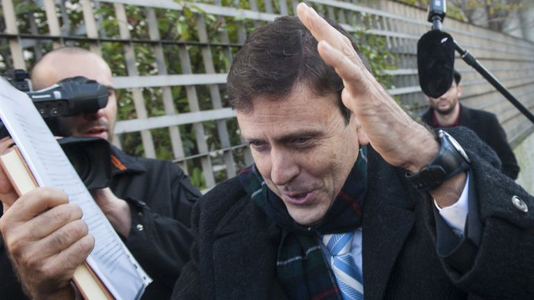 Eufemiano Fuentes: Was mobbed by photographers on his way to the trial