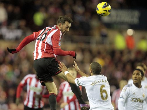Sunderland&#39;s Steven Fletcher has a header at goal