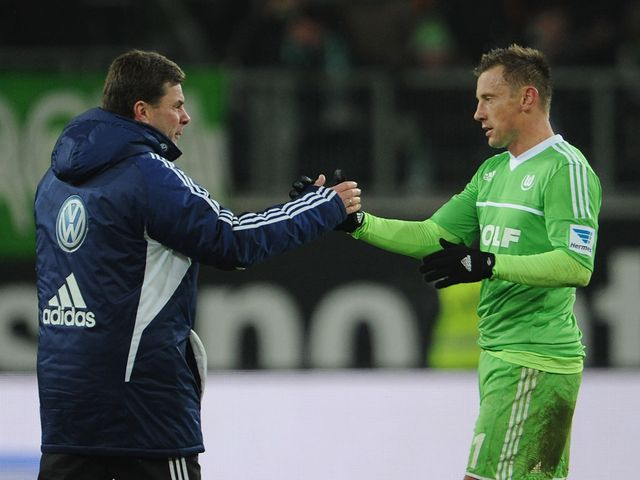 Dieter Hecking celebrates the victory with Ivica Olic