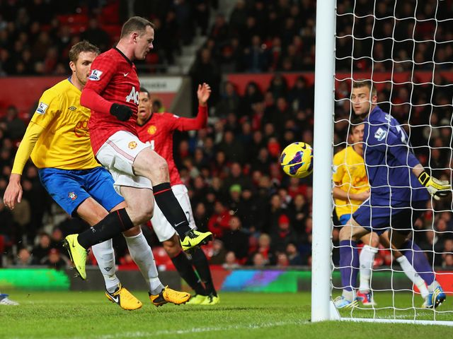 Wayne Rooney scores his second to put United 2-1 up