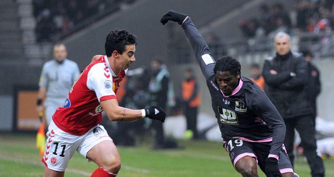 Diego Rigonato (l) tries to stop Toulouse's Serge Aurier