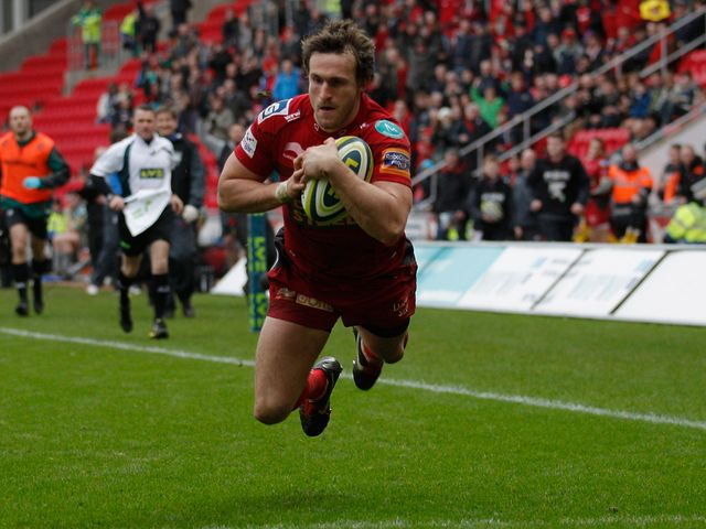 Nic Reynolds dives over to score for the Scarlets