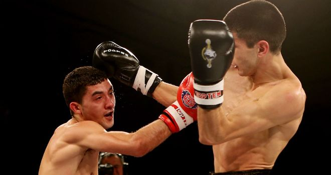 Andrew Selby (l) en route to victory over Meirbolat Toitov