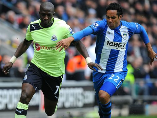 Moussa Sissoko and Jean Beausejour battle for the ball