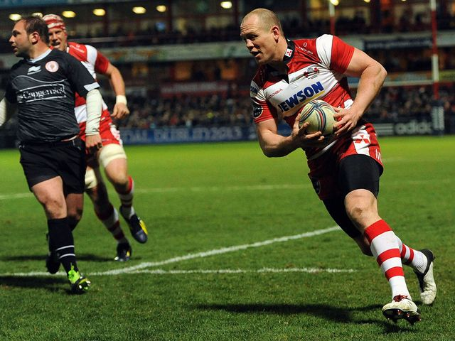Mike Tindall goes in for an early Gloucester try