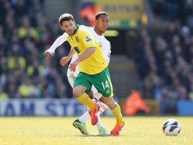 Wes Hoolahan and Jonathan de Guzman battle for the ball