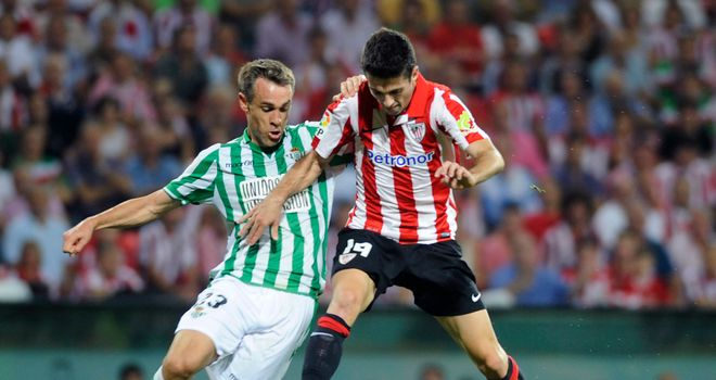 Nacho puts Markel Susaeta under pressure.