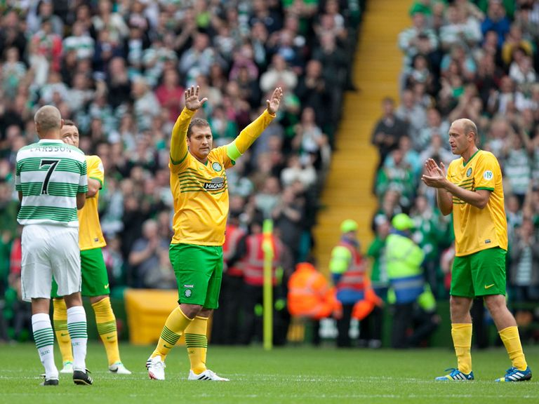 Stiliyan Petrov: Acknowledges the crowd at Celtic Park