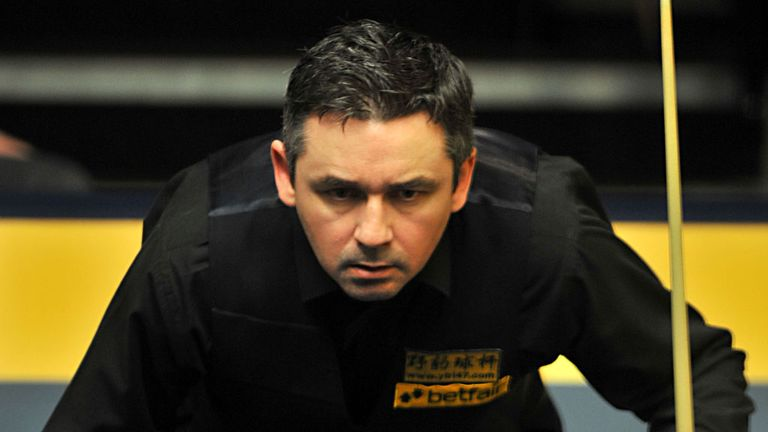 Alan McManus set up a last-32 match against Ryan Day