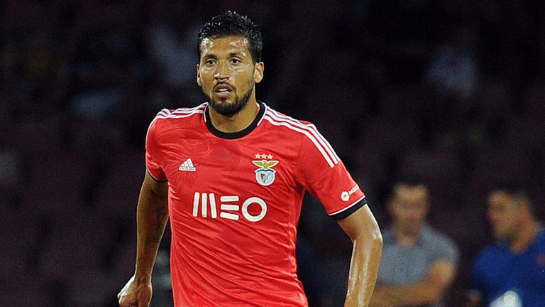 Ezequiel Garay: Happy at Benfica despite Manchester United interest