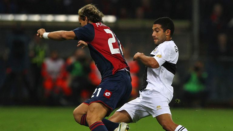 Walter Gargano and Thomas Manfredini battle for the ball