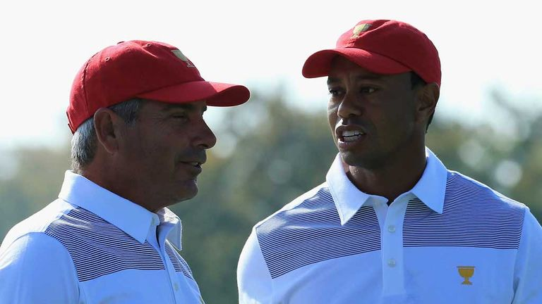 Fred Couples and Tiger Woods talk tactics during practice