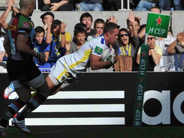 Lee Byrne dives over for a try against Quins
