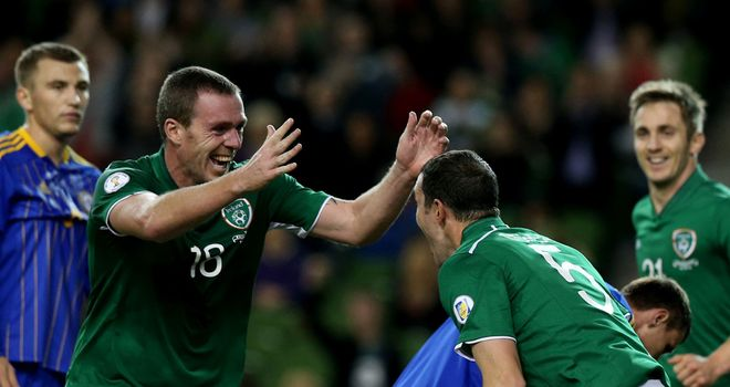 John O'Shea (r): Celebrates with Richard Dunne