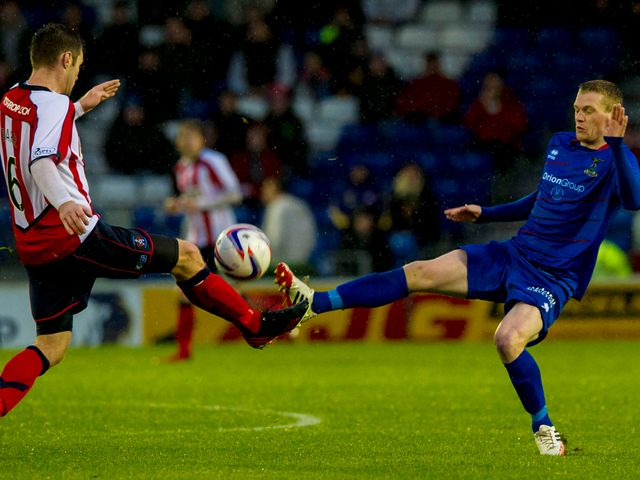 Darren Barr battles for the ball with Billy McKay.