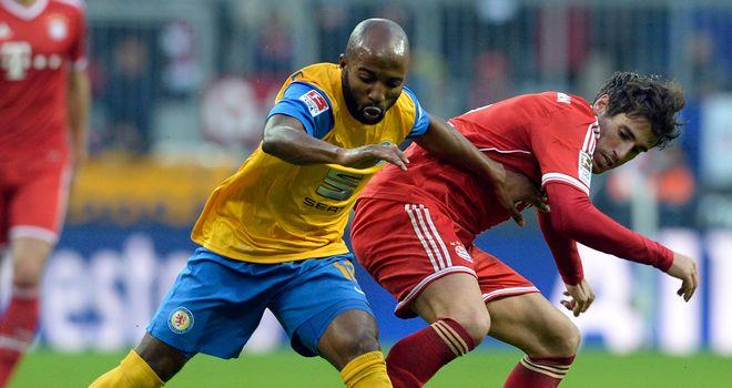 Domi Kumbela holds off Javi Martinez
