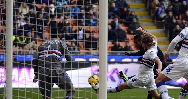 Fredy Guarin scores for Inter Milan.