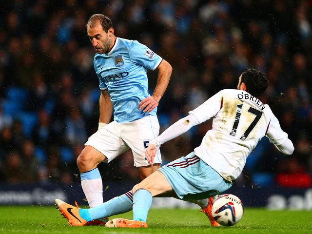 Joey O'Brien tackles Pablo Zabaleta