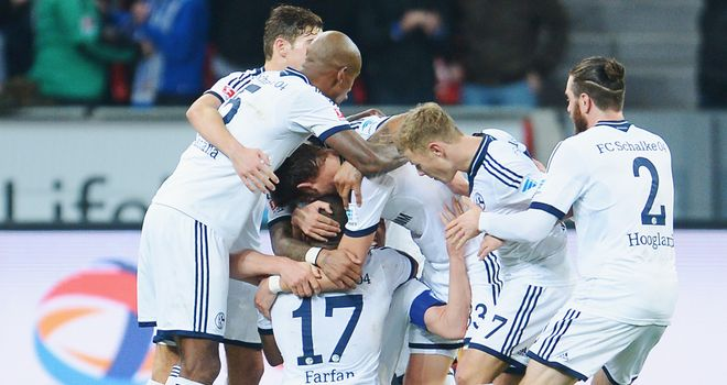 Schalke celebrate Klaas-Jan Huntelaar's winner