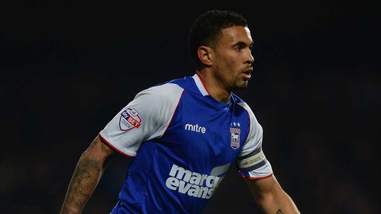 Carlos Edwards: Millwall loan move for midfielder