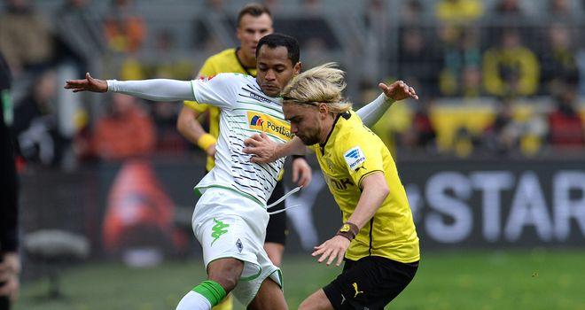 Marcel Schmelzer closes down Raffael