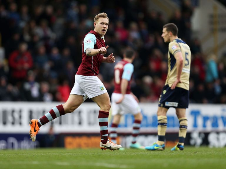 Scott Arfield: Burnley stay extended