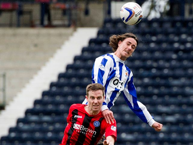 Jackson Irvine beats Steven Anderson to a header