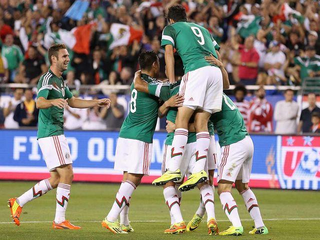 Mexico celebrate Alan Pulido's leveller